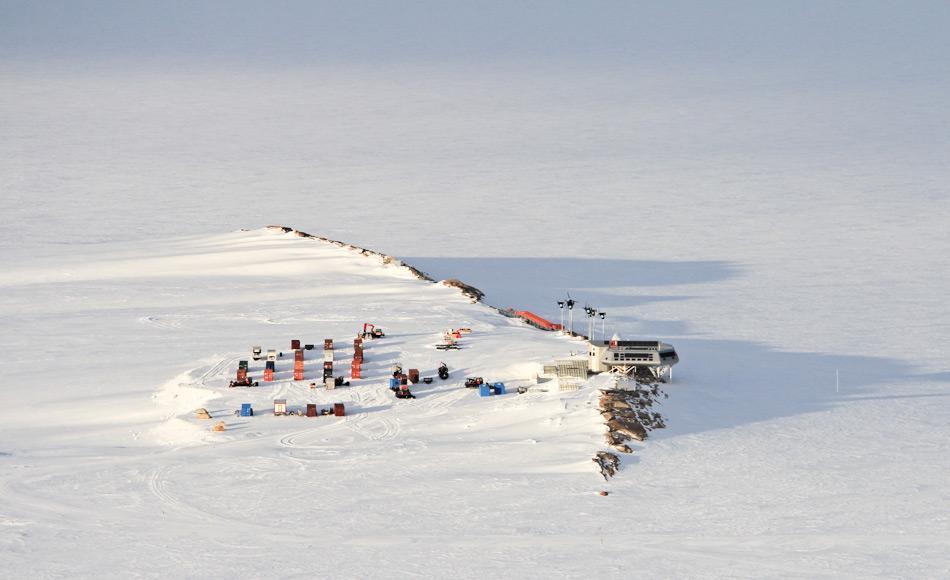 Die belgische Antarktisstation Prinzessin Elisabeth Antarctica, auf der die Studie durchgeführt worden war, liegt im Königin Maud Land und ist seit 2009 in Betrieb. Ursprünglich vom belgischen Forscher Alain Hubert gegründet, machte die Station in letzter Zeit mehr Schlagzeilen wegen des Disputs zwischen den Eigentümern als wegen der Wissenschaft. Bild: International Polar Foundation