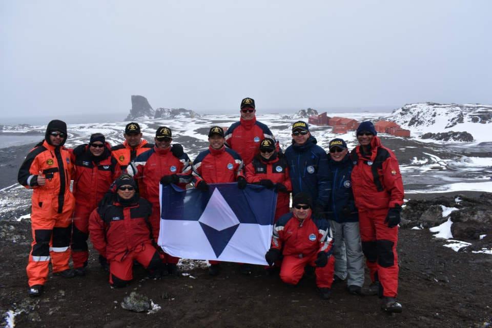 Das Team des Ecuadorianischen Antarktis-Programmes posiert bei der Maldonado Station mit der neuen Flagge.