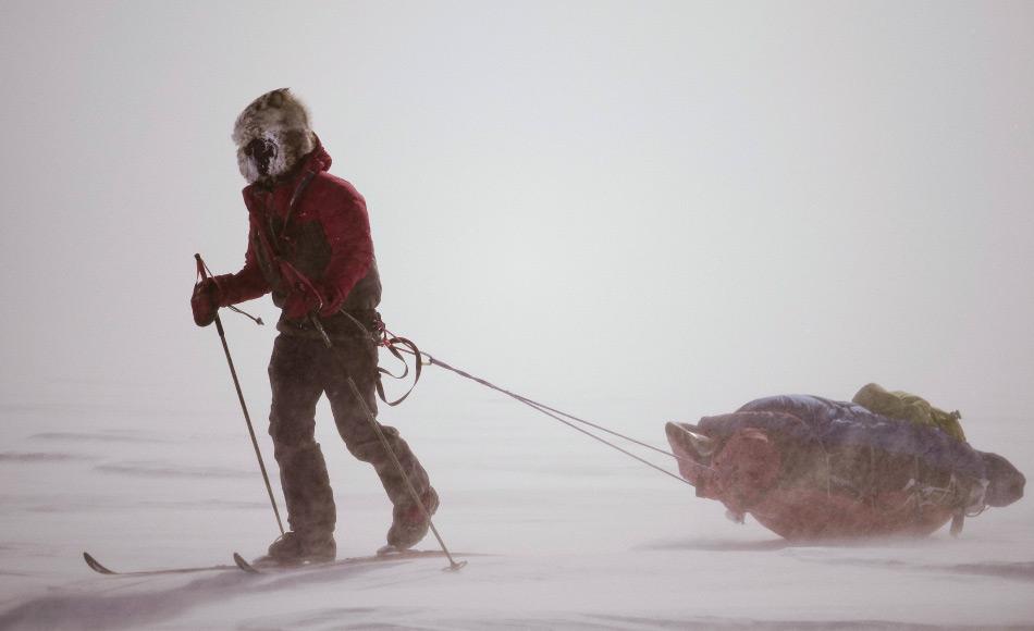 Mit einer durchschnittlichen Tagesleistung von 20 Kilometer kämpften sich die sechs Teilnehmer über den grönländischen Eisschild und trotzten schweren Schneestürmen und heftigen Winden. Bild: NZAHT