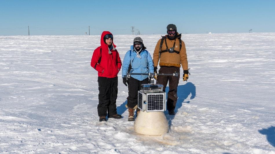 Die Gründerin und CEO von Ice911 Dr. Leslie Field (Mitte) bei Messungen auf dem Testgelände in der Arktis. (Foto: Ice911 Research)